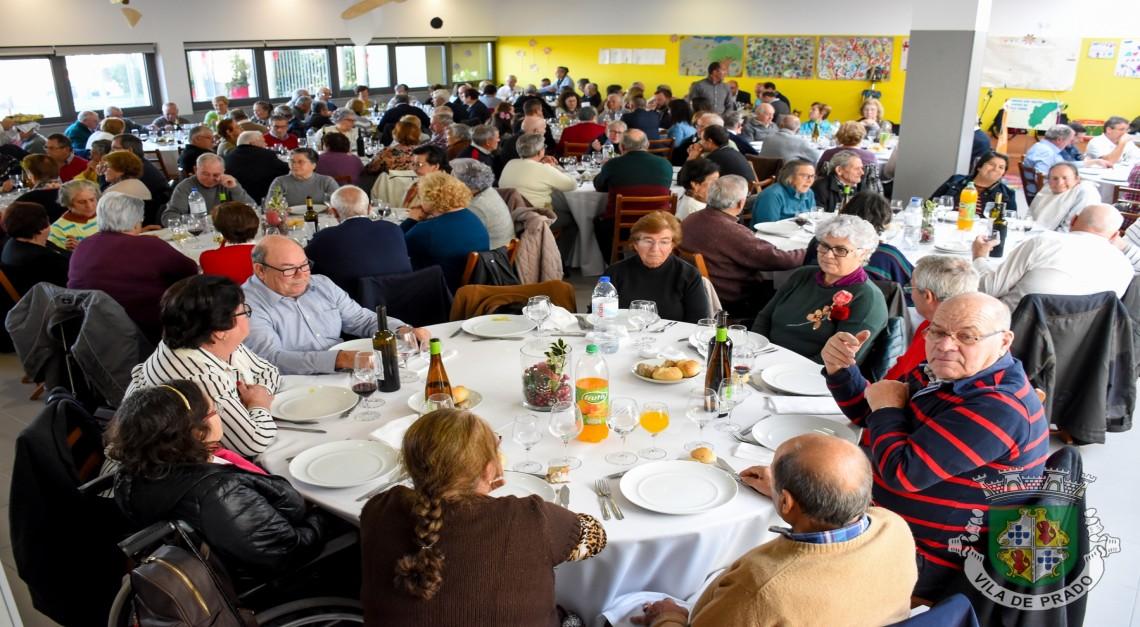 Mais de uma centena de reformados uniram-se para festejar o Natal em Prado