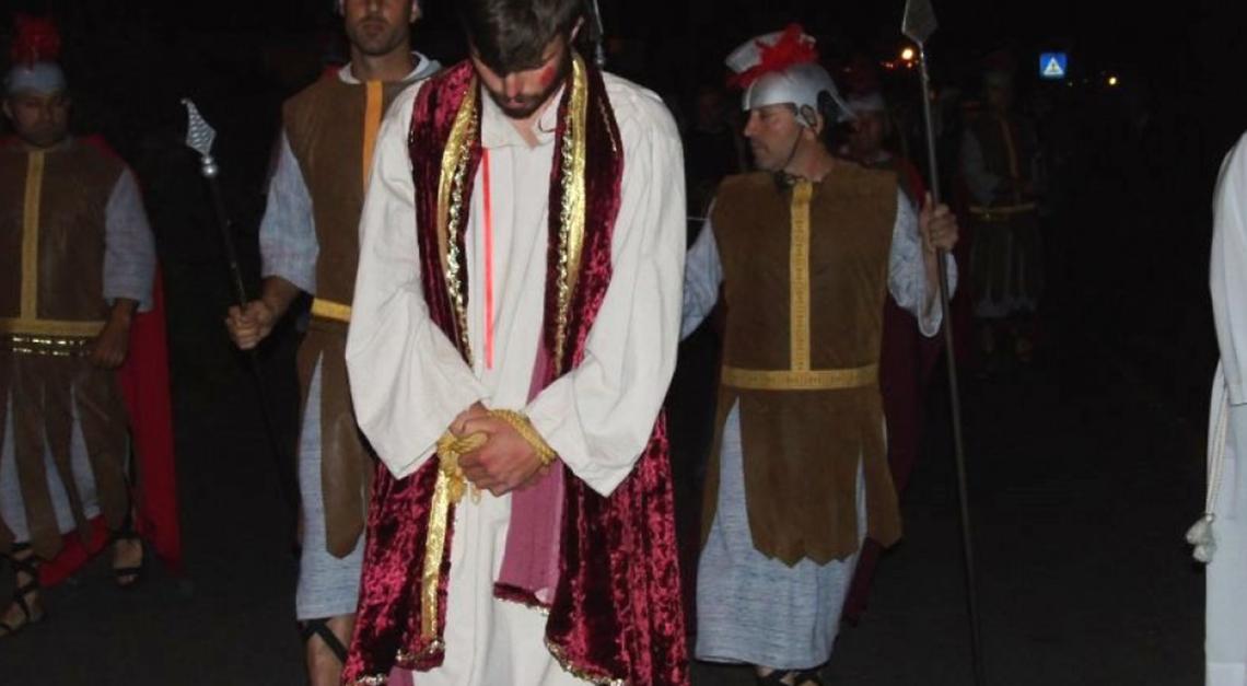 O calvário de Jesus na recriação da Via Sacra em Prado